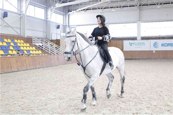 FMIS Students Go Horseback Riding